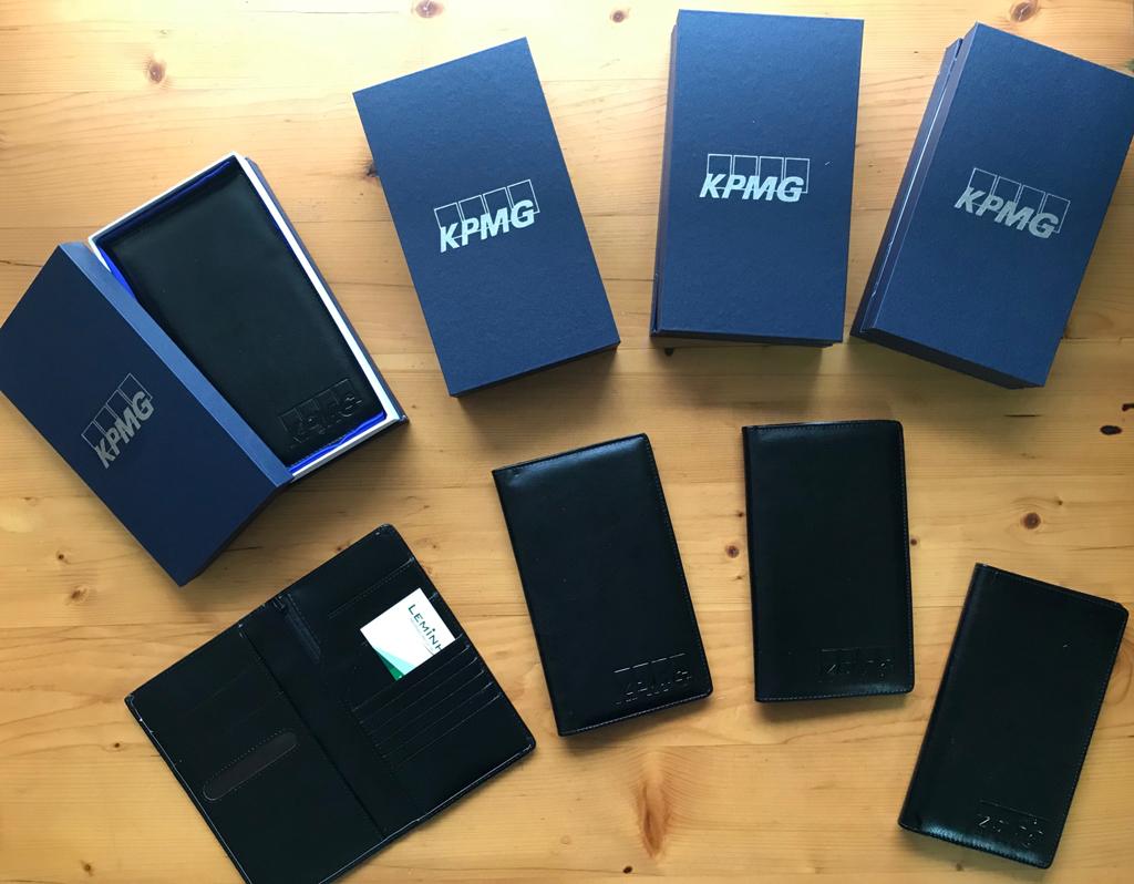 bo qua tang vi dung ho chieu KPMG dap logo so luong lon