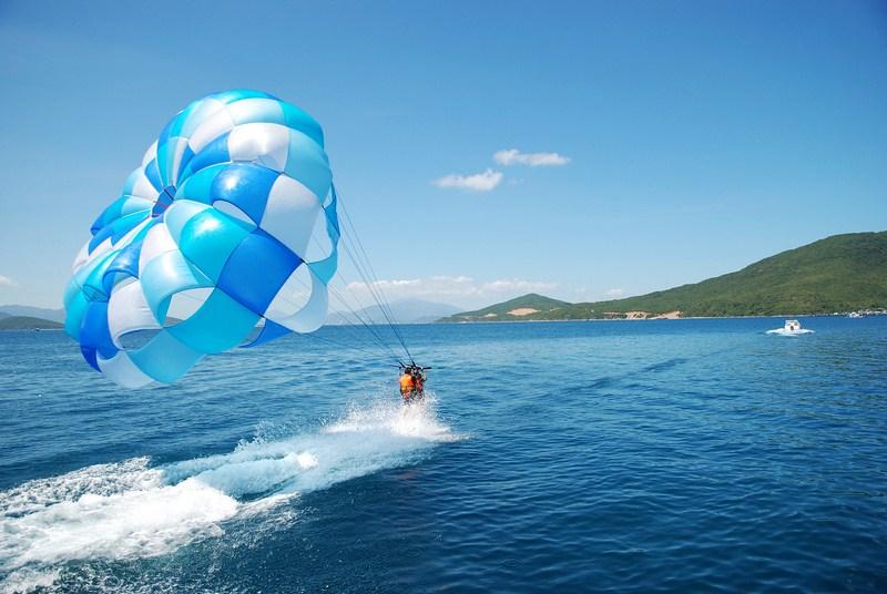 Dù lượn trên biển ở Đảo Cô Tô Con