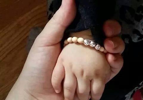 Đeo vòng dâu tằm cho bé