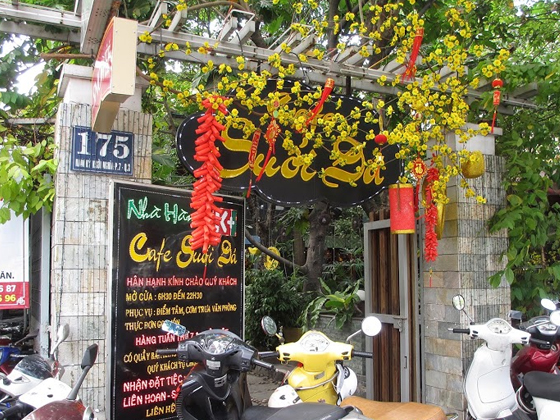 Minh Thy Furniture cung cấp bàn ghế giả mây,ghế quầy bar giả mây,đèn lồng cho quán Cafe Suối Đá