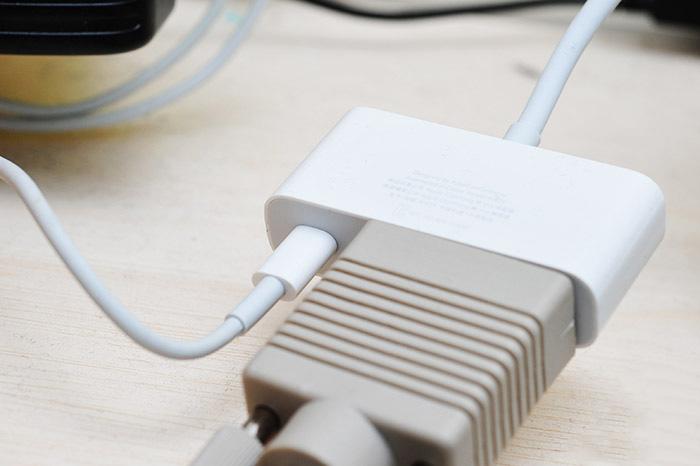 Cáp kết nối Ipad với máy chiếu cổng VGA (Lightning to VGA adapter)