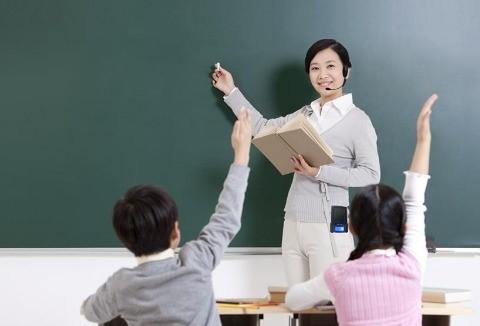 Giáo viên tận tình giảng bài