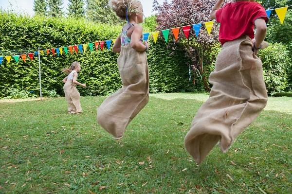Trẻ em tham gia hoạt động ngoài trời