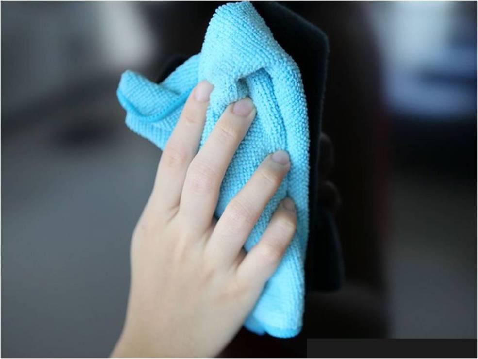 Dùng khăn mềm hoặc khau lau kính để làm sạch màn hình