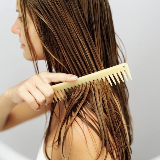 Luôn sấy tóc gần khô mới được duỗi tóc