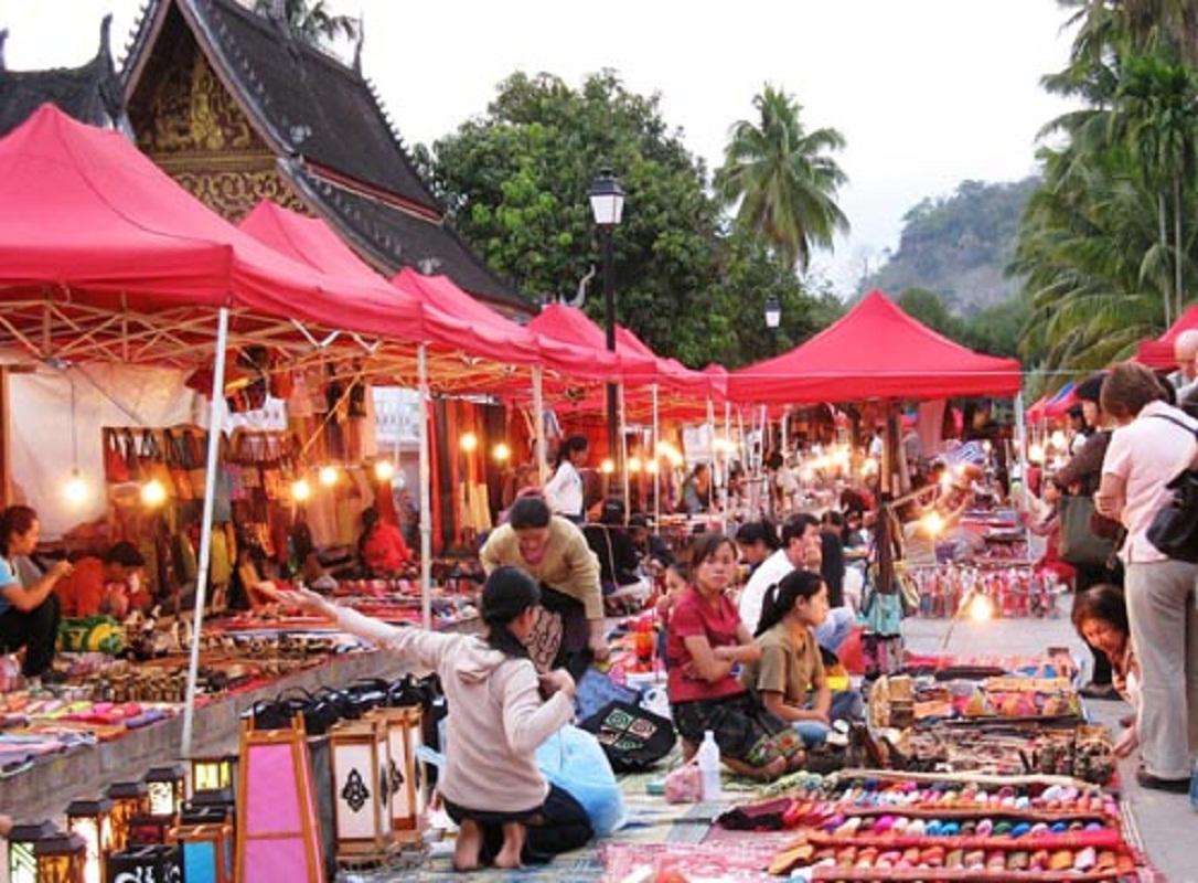 Chợ là nơi bày bán các sản phẩm đa dạng, tiện nghi và giá rẻ