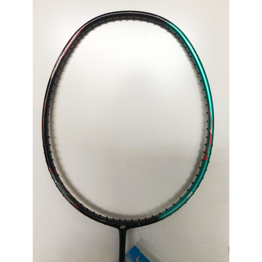 Vợt Yonex Astrox 38S nhẹ hơn và chiều dài vợt ngắn hơn so với Vợt Yonex Astrox 38D