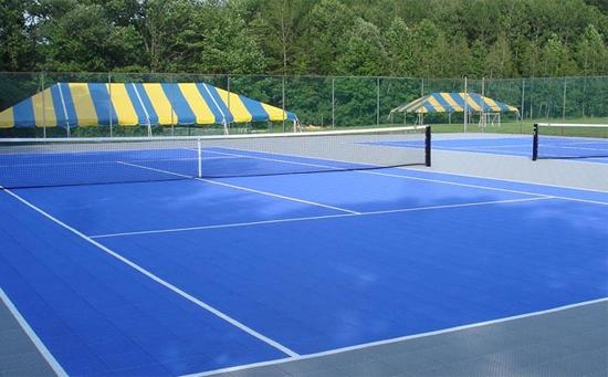 sân tennis làm từ thảm ngoài trời