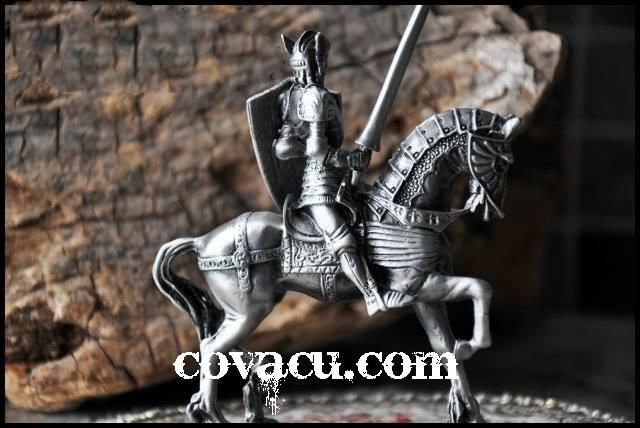 Tượng giả bạc chiến binh Trung cổ ngựa và kiếm
