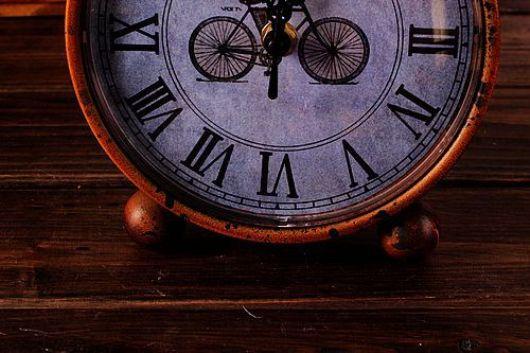 Đồng hồ vintage để bàn độc đáo