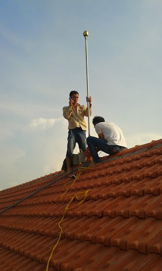 lắp dựng kim thu sét trên mái biệ thự