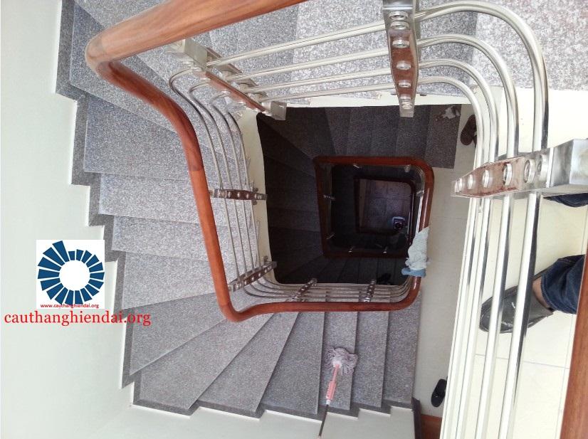 Mẫu cầu thang inox đẹp với thiết kế vòng tròn bắt mắt