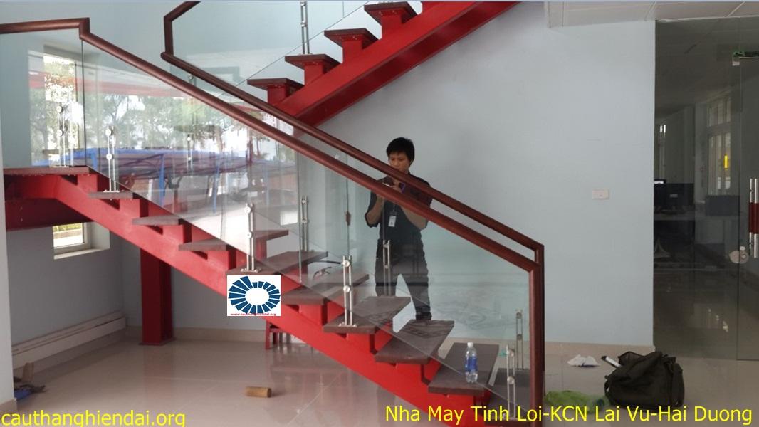 cau thang kinh là một trong những mẫu cầu thang đẹp được ưa chuộng trong không gian lớn