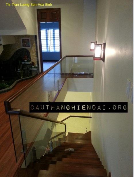 Mẫu cầu thang gỗ hiện đại được thiết kế sang trọng, mặt bậc và thành lan can bằng gỗ lim Nam Phi