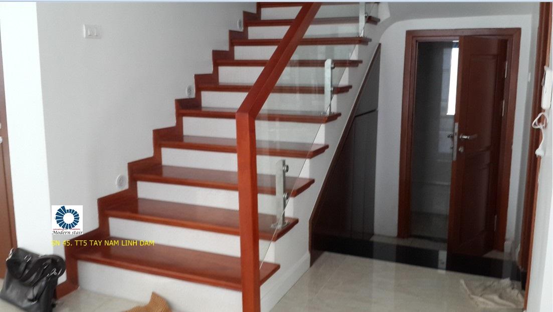 Mẫu cau thang dep bằng kính được thiết kế riêng cho không gian nhà phố