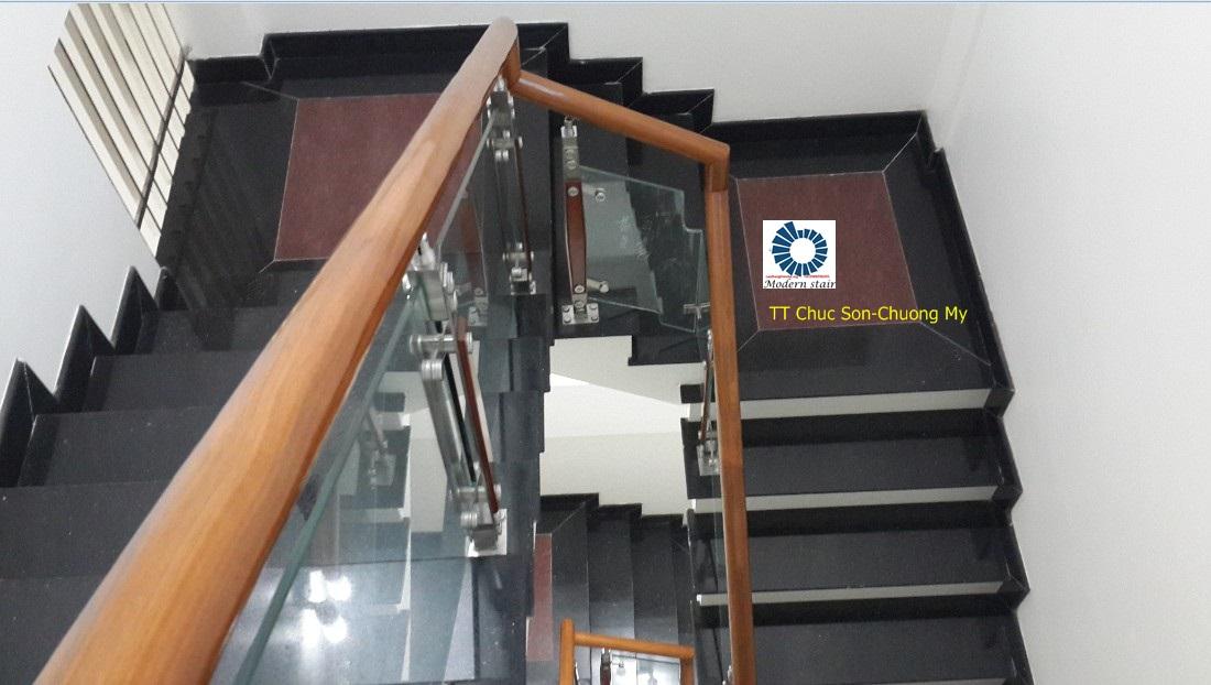 Cầu thang kính tay vịn gỗ Lim Lào