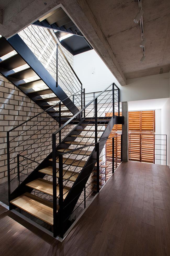 Mẫu cầu thang sắt với thiết kế trống trải đột phá