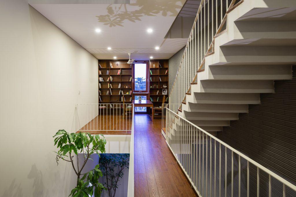Cầu thang sắt sơn trắng 4 nan suốt kết hợp với mặt bậc gỗ tự nhiên