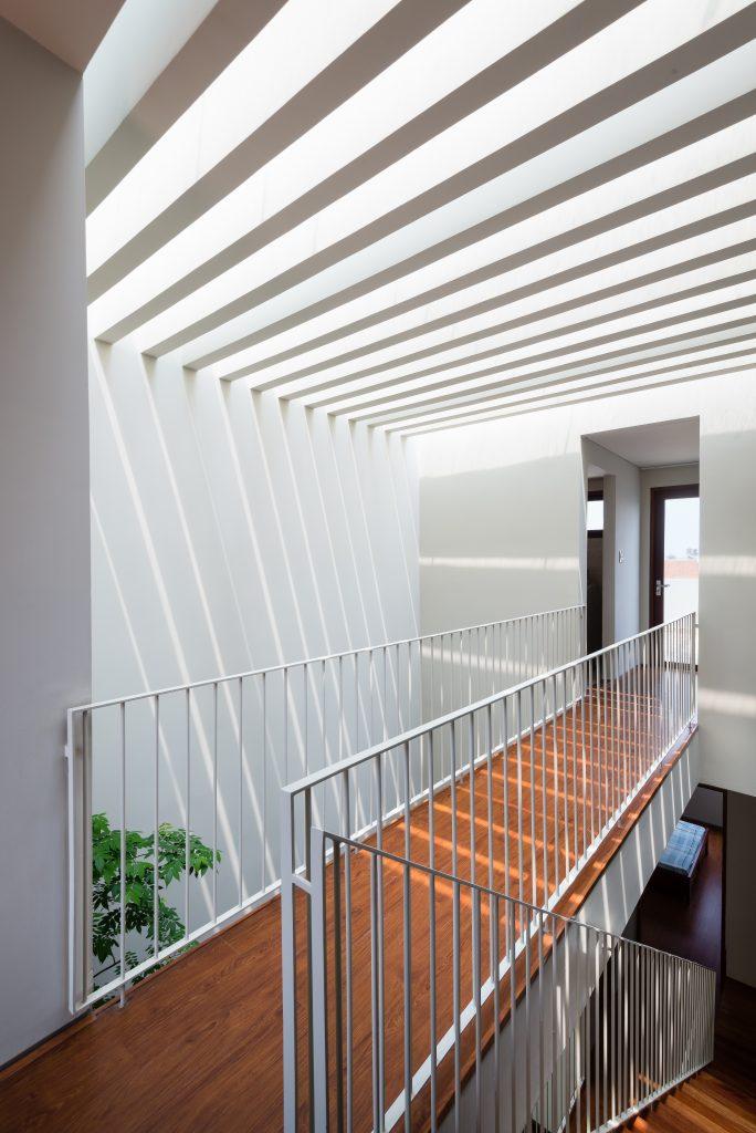 Mẫu cầu thang sắt được thiết kế thanh mảnh, tạo sự thoáng đãng và nhẹ nhàng cho không gian