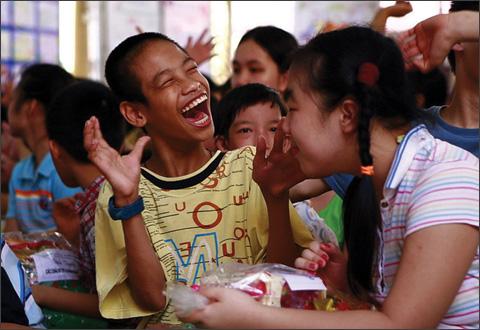 Giàn phơi vì nụ cười trẻ khuyết tật