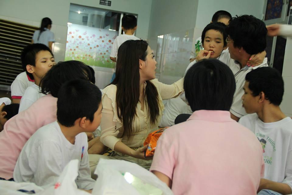 Giàn phơi thăm trẻ khuyết tật