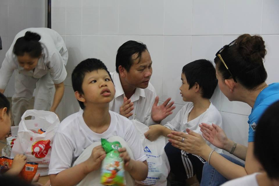 Giàn phơi quần áo thăm trẻ khuyết tật