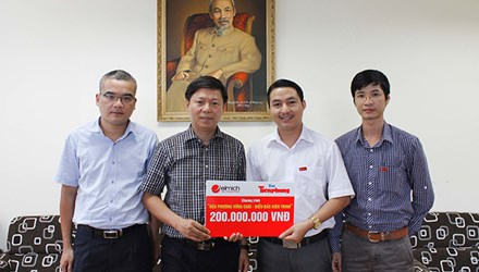 Ông Nguyễn Minh Tâm (Thứ 2 từ phải qua) trao biểu trưng cho Phó TBT Tiền Phong Trần Thanh Lâm