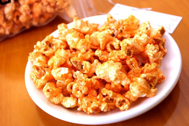 Vừa ngồi xem phim vừa nhai bắp rang đậu phộng caramen thích thú nào bằng