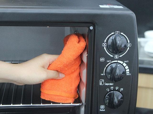 Bạn cần có một chiếc khăn mền để lau sạch mọi vết bẩn trong lò