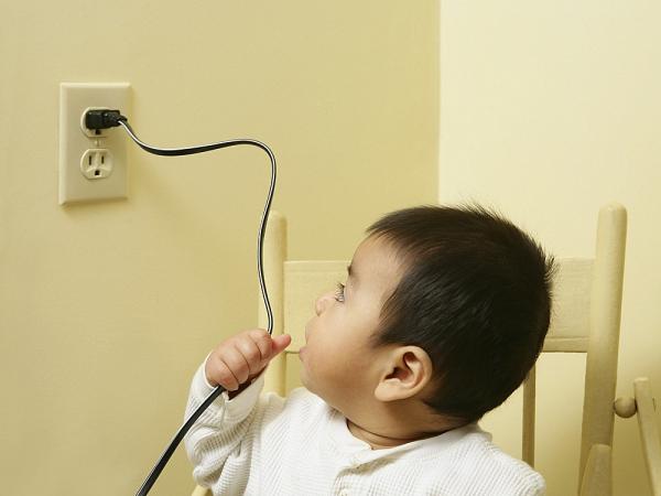 Không nên để trẻ tiếp xúc với đường dây điện.