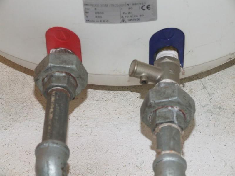 Nên vặn chặt đường dẫn ống nước để tránh rò rỉ