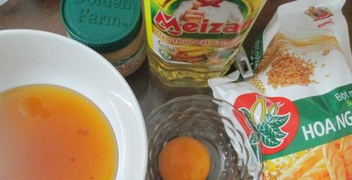 Nguyên liệu làm phần vỏ bánh gồm bột mỳ, trứng...