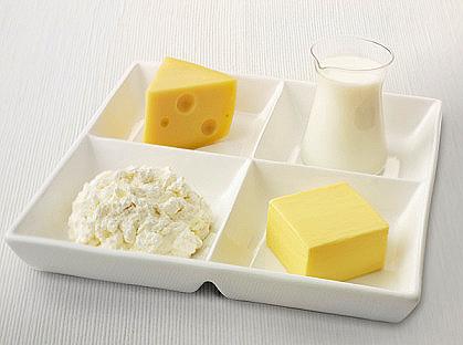 Một bữa sáng hoàn hảo với viên phô mai tươi và ly sữa cho bé