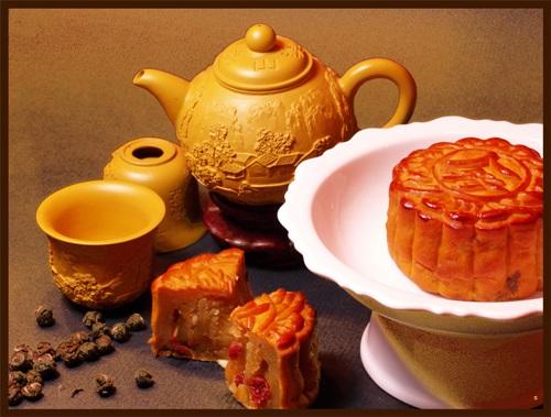 Bánh Trung Thu được thưởng thức cùng ly trà nóng hổi hấp dẫn hơn rất nhiều