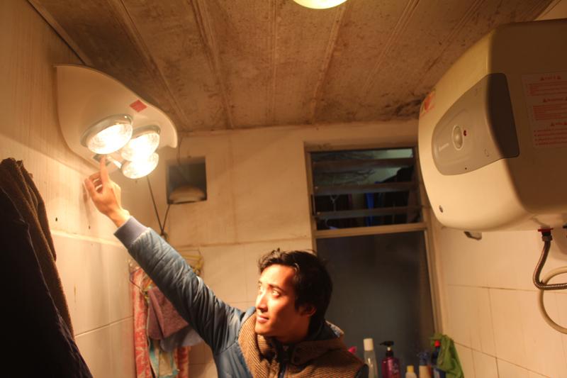 Bạn nên đặt đèn sưởi chếch khỏi vòng hoa sen