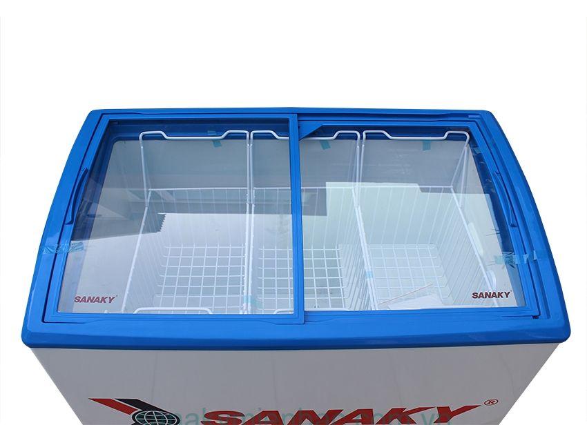 Tủ đông mặt kính cong dung tích nhỏ thường dùng trưng bày kem, sữa chua…