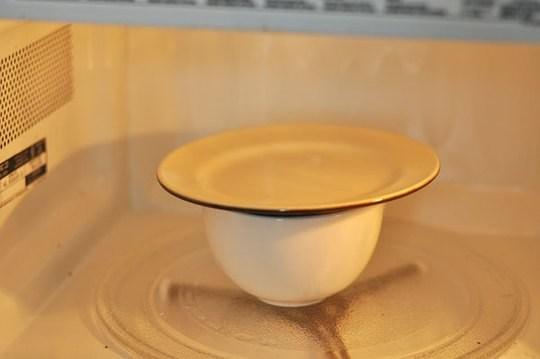 Bạn không nên luộc trứng còn nguyên vỏ trong lò vi sóng kể cả khi đã đậy nắp