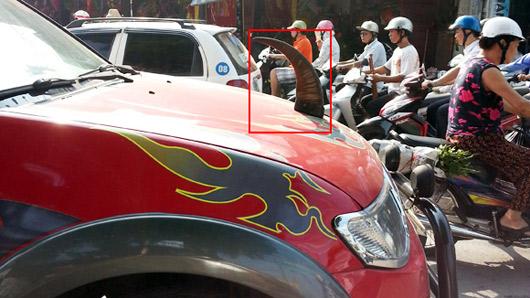 Những vật sắc nhọn trước mũi xe gây nguy hiểm cho người tham gia giao thông