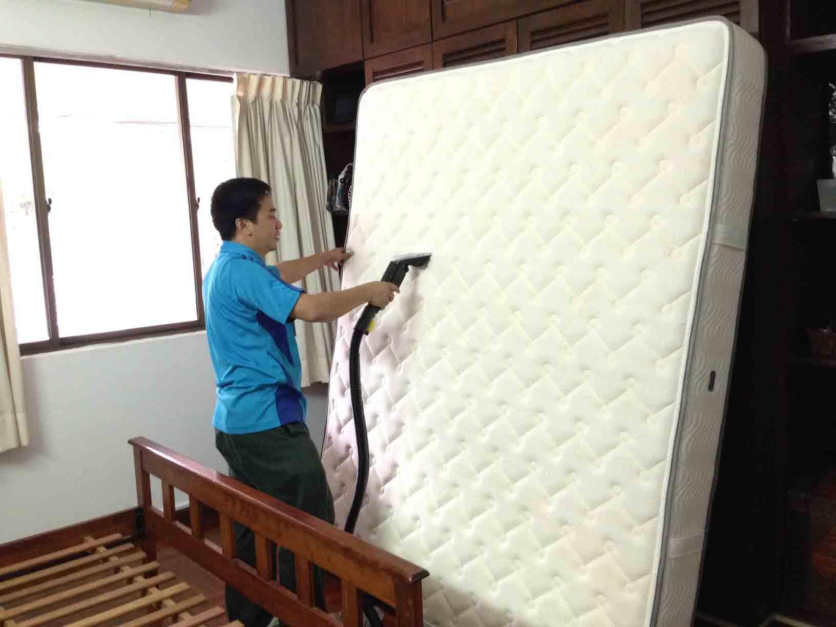 Hút bụi giường đệm trước khi vệ sinh tại nhà.