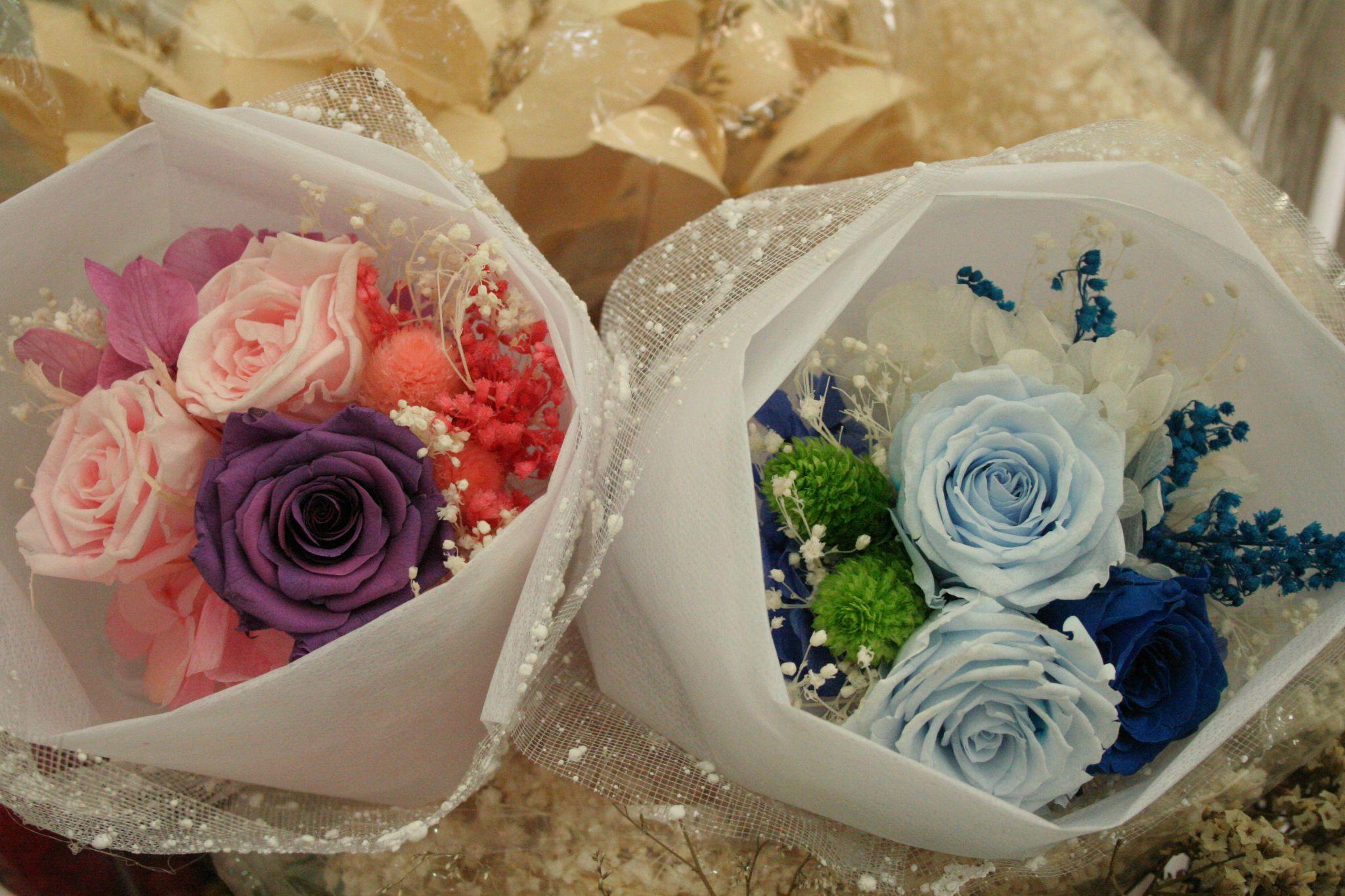 Những bó hoa cầm tay tươi mãi mãi nhỏ nhắn