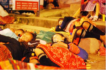 Ngủ đêm chờ phiên chợ