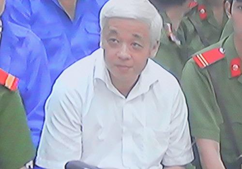 Nguyễn Đức Kiên trong giờ toà nghỉ giải lao.