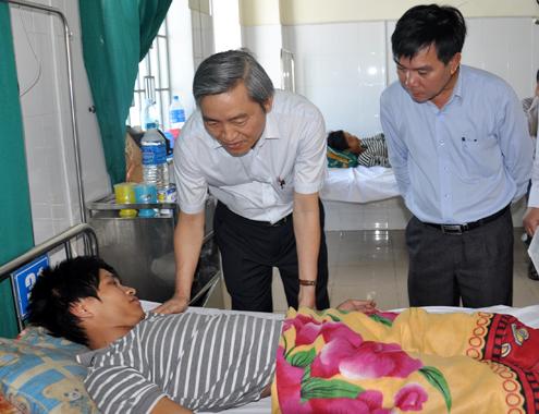 Phó chủ tịch UBND tỉnh Quảng Ngãi Lê Quang Thích cùng lãnh đạo Sở y tế thăm ngư dân gặp nạn vừa trở về từ Hoàng Sa. Ảnh:Trí Tín.