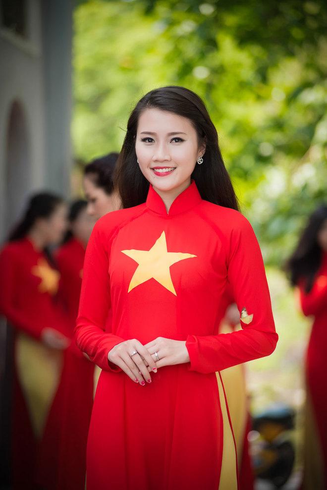 Sự kiện còn có Đại sứ nhân ái Hội Nhà báo Việt Nam 2014 Nguyễn Thanh Tú.