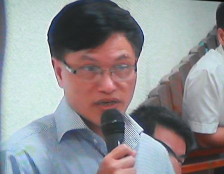 Luật sư Ngô Huy Ngọc trình bày quan điểm tại toà.
