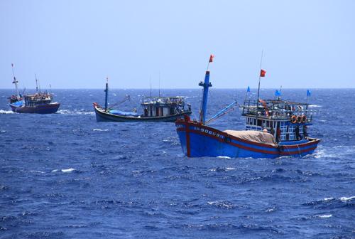 Tàu cá của ngư dân Việt Nam gần khu vực Trung Quốc hạ đặt giàn khoan trái phép. Ảnh: Nguyễn Đông.