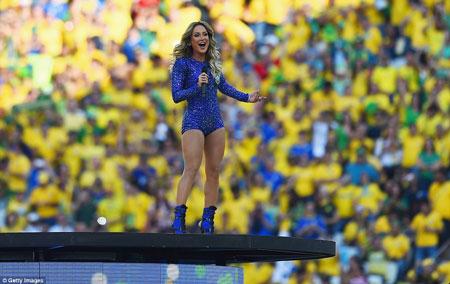 Ca sĩ Claudia Leitte biểu diễn trong lễ khai mạc World Cup, trước khi trái bóng Brazuca chính thức lăn trên thảm cỏ Arena de Sao Paulo.