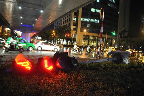 Gió mạnh quật đổ trụ đèn tín hiệu giao thông tại ngã tư Đào Tấn - Liễu Giai. Ảnh: Quý Đoàn.