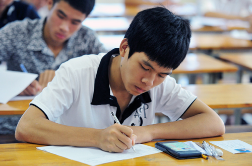 Học sinh bắt đầu làm bài thi tốt nghiệp.