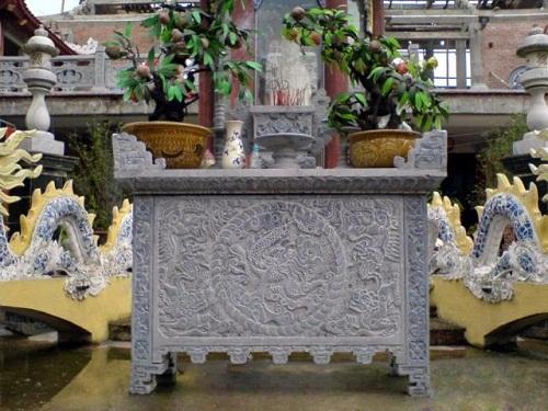 bàn lễ đá